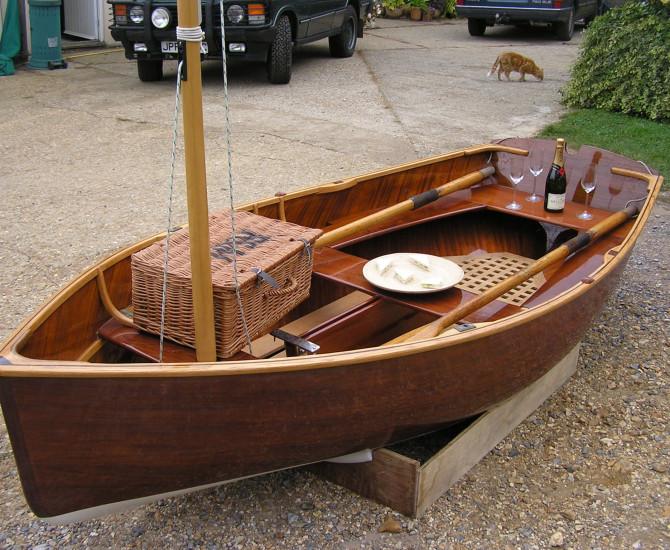 Cold moulded sailing dinghy